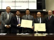 02/10/2015 - Entrega de Diploma de Honra ao Mérito para Bernardo Santana e Título de Cidadão Honorário para Odair Cunha