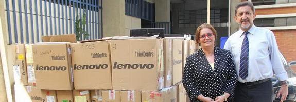 Liza Prado e Francisco chegada computadores (1)